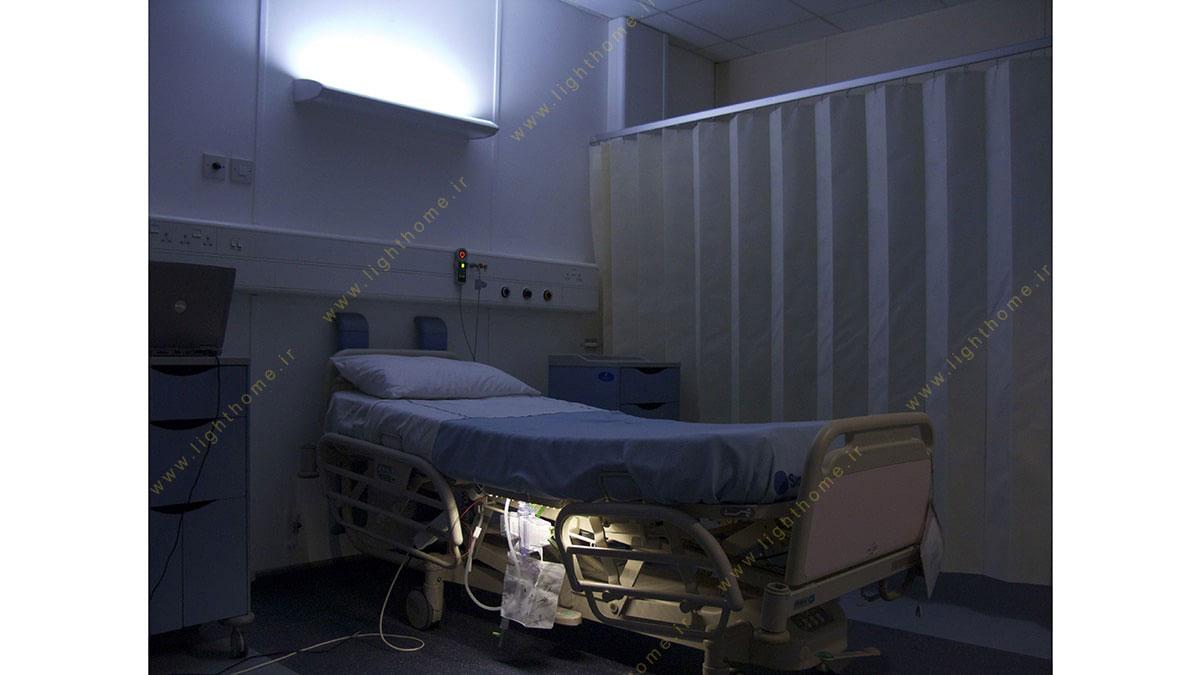 چراغ بیمارستانی در شب